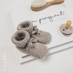 slofjes-baby-gebreid-blauw-newborn-prematuur-babywear-babykleding-kraambezoek-boek-beer-01